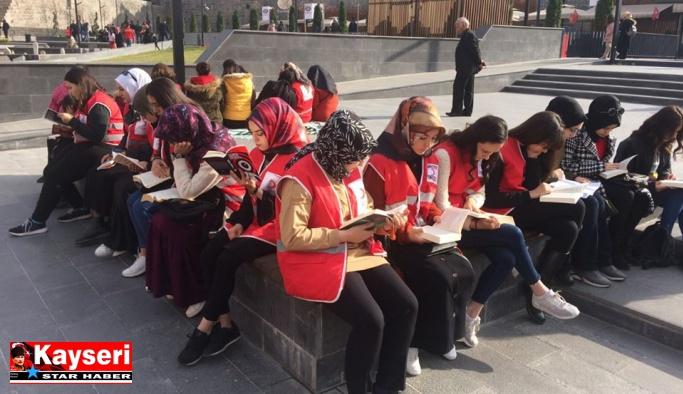 Genç Kızılay, getirdikleri kitapları kalede okudu, köylere bağışladı