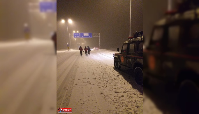 Erciyes'te mahsur kalan otomobiller kurtarıldı