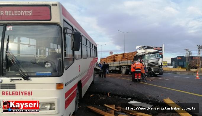 TIR halk otobüsüne çarptı: 11 yaralı
