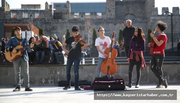 Sanatçılar sokağının genç müzisyenleri