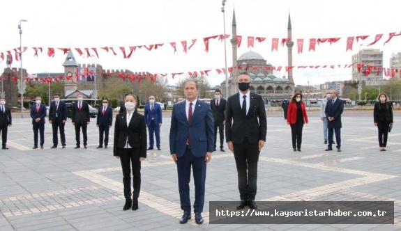 Atatürk Anıtı'na  'sosyal mesafeli' çelenk ve saygı duruşu
