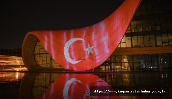 Azerbaycan'da Haydar Aliyev Merkezi'ne Türk bayrağı görüntüsü yansıtıldı