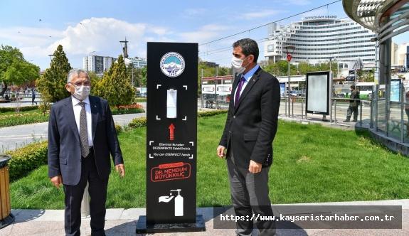 Cumhuriyet Meydanı'na konulan el dezenfektanı üniteleri önünde açıklama