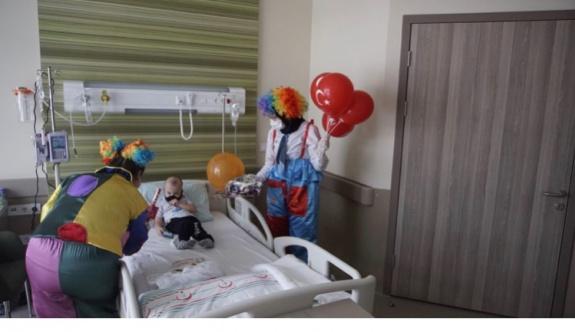 Hastanede tedavi gören çocuklara sürpriz