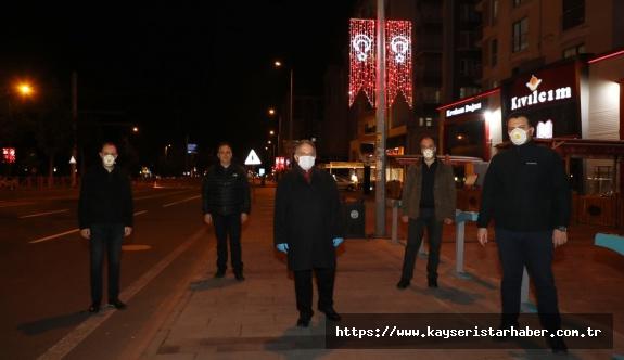 Talas'ta ana arterlerdeki direklere ışıklı Türk Bayrağı yapıldı