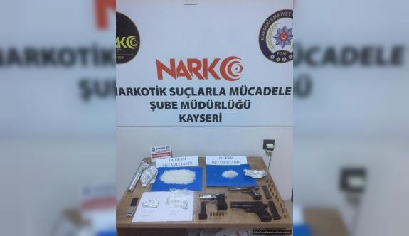 Kayseri'de uyuşturucu operasyonu: 3 gözaltı, uyuşturucu ve silah ele geçirildi