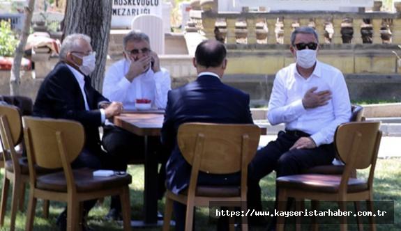 Bakan Akar, Kayseri'de anne ve babasının kabrini ziyaret etti