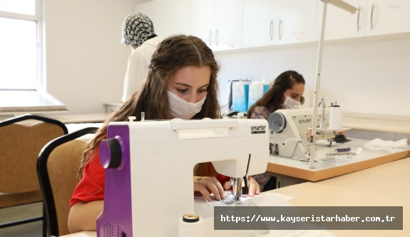 Kayseri Üniversitesi'nde Yaz Dönemi Uygulamalarında Öğrenciler Maske Üretimi Yapıyor