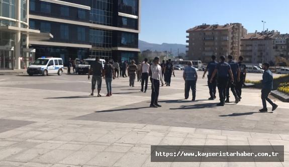 Adliye önü savaş alanına döndü: 2 yaralı, 13 gözaltı