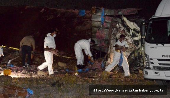 Dinamit yüklü kamyon takla attı: 2 ölü