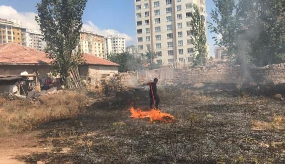 Evlerin arasında çıkan yangın itfaiyeyi harekete geçirdi