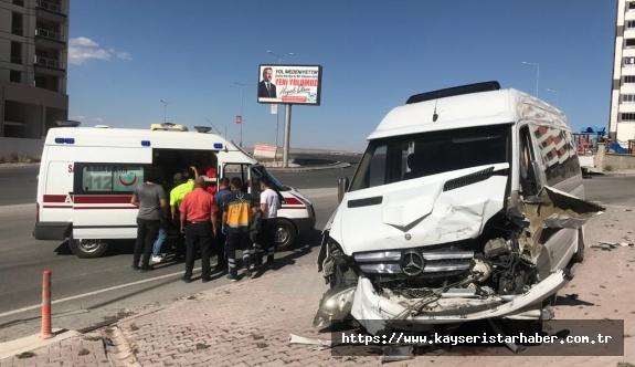 Minibüsü ile otomobil çarpıştı: 4 yaralı