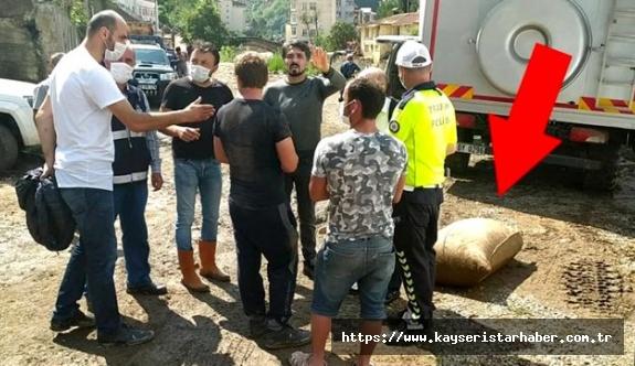 Sel sonrası bir çuval fındığı almaya çalışan iki kişi gözaltına alındı