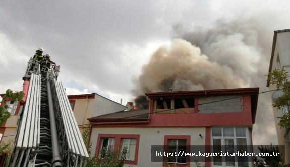 Müstakil evin çatısında çıkan yangın paniğe neden oldu
