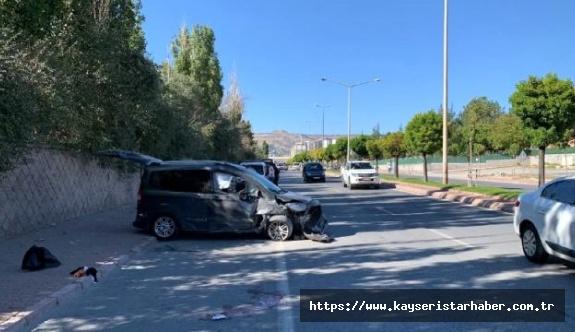 Yolun karşısına geçmeye çalışan aileye araç çarptı: Anne ağır, 3 çocuğu yaralı