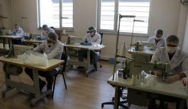 (ÖZEL) Öğrencileri olmayınca maske üretip ücretsiz dağıtıyorlar