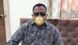 Hindistanlı işadamı korona virüse karşı altın maske takıyor