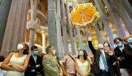 Sagrada Familia Bazilikası, salgında görev alanlar için yeniden açıldı