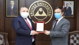 ERÜ Rektörü Çalış, Tıp Literatürüne Kazandırdığı 3 Yeni Cerrahi Tedavi Yöntemi Nedeniyle Prof. Dr. Abdullah Demirtaş'ı Tebrik Etti