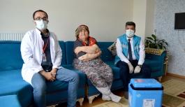 91 Yaşındaki Raziye Nineye Covid-19 Aşısı Evinde Yapıldı